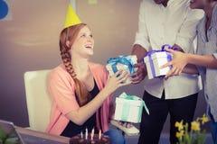 Szczęśliwy bizneswoman otrzymywa urodzinowych prezenty Zdjęcie Royalty Free