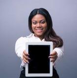 Szczęśliwy bizneswoman pokazuje pastylka ekran komputerowego obrazy royalty free
