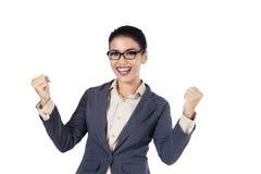 Szczęśliwy bizneswoman pokazuje sukces Zdjęcia Stock