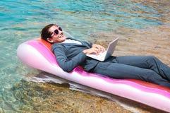 Szczęśliwy bizneswoman używa laptop na basen tratwie zdjęcia royalty free