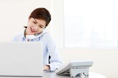 Szczęśliwy bizneswomanu działanie i odpowiadanie rozmowa telefonicza zdjęcie stock