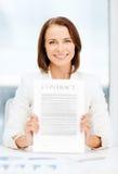 Szczęśliwy bizneswomanu mienia kontrakt Obraz Royalty Free