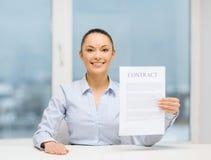Szczęśliwy bizneswomanu mienia kontrakt w biurze Zdjęcia Stock