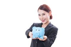 Szczęśliwy bizneswomanu mienia prosiątka bank Fotografia Stock