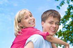 Szczęśliwy brat i siostra zdjęcia royalty free