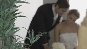 Szczęśliwy bridal pary podpisywanie coś zdjęcie wideo