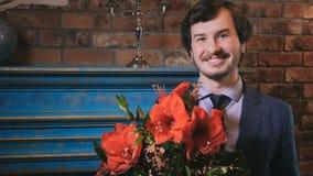 Szczęśliwy brodaty biznesmen z bukietem czerwoni kwiaty zdjęcie wideo