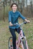 Szczęśliwy brunetka cyklisty jazdy menchii rocznika bicykl zdjęcia royalty free