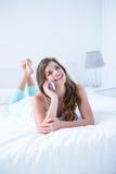 szczęśliwy brunetka telefon Fotografia Royalty Free