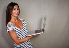 Szczęśliwy brunetki damy mienia radia laptop Fotografia Stock