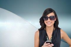 Szczęśliwy brunetki mienia smartphone Zdjęcia Royalty Free
