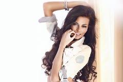 Szczęśliwy brunetki piękno fotografia stock