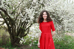 Szczęśliwy brunetki piękno w czerwonym klasyku trzy ćwiartki Zdjęcia Royalty Free