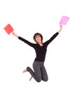 Szczęśliwy caucasian kobiety doskakiwanie z torba na zakupy fotografia stock