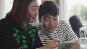 Szczęśliwy chłopak z Azji lubi jeść obiad w restauracji z uśmiechem zbiory