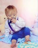 Szczęśliwy chłopiec łasowania tort dla jego pierwszy przyjęcia urodzinowego Fotografia Royalty Free
