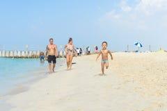 Szczęśliwy chłopiec bieg na piasek tropikalnej plaży Pozytywne ludzkie emocje, uczucia, radość E Fotografia Stock