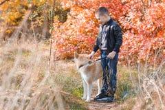Szczęśliwy chłopiec odprowadzenie z psem w parku Zwierzęcy pojęcie Zdjęcia Stock
