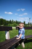 szczęśliwy chłopiec outside Zdjęcia Stock