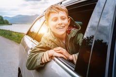 Szczęśliwy chłopiec spojrzenie out od auto okno Obraz Royalty Free
