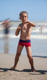 Szczęśliwy chłopiec taniec na plaży przy dnia czasem obrazy stock