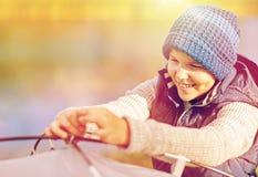 Szczęśliwy chłopiec utworzenia namiot outdoors Fotografia Stock