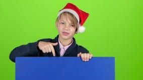 Szczęśliwy chłopiec zerkanie out od plakata za wzrasta mienia dla billboardu na zielonym ekranie swobodny ruch zbiory
