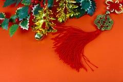 Szczęśliwy Chiński nowy rok z tradycyjnymi dekoracjami na czerwonym tle obrazy royalty free