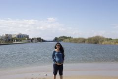 Szczęśliwy ciężarny kobieta w ciąży na plaży, obraz stock