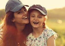 Szczęśliwy cieszy się macierzysty przytulenie jej roześmiana z podnieceniem dzieciak dziewczyna w b Obraz Royalty Free