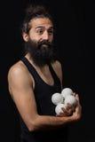 Szczęśliwy cyrkowy juggler miming z jego kuglarskimi piłkami Obraz Stock