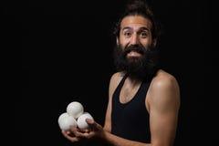 Szczęśliwy cyrkowy juggler miming z jego kuglarskimi piłkami Fotografia Royalty Free