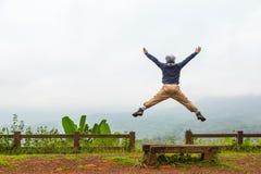 szczęśliwy człowiek jumping Obrazy Royalty Free