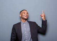 Szczęśliwy czarny biznesowy mężczyzna wskazuje palec Zdjęcia Royalty Free