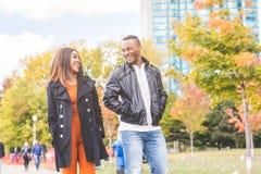 Szczęśliwy czarny pary odprowadzenie przy parkiem fotografia stock