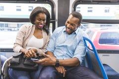 Szczęśliwy czarny pary podróżowanie autobusem w Chicago zdjęcia stock