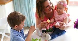 Szczęśliwy czas podczas gdy malujący Easter jajka Fotografia Royalty Free
