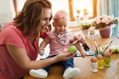 Szczęśliwy czas podczas gdy malujący Easter jajka Zdjęcia Royalty Free