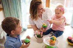 Szczęśliwy czas podczas gdy malujący Easter jajka Zdjęcie Stock