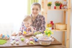 Szczęśliwy czas podczas gdy malujący Easter jajka 2 forsują pisklęca pojęcia Easter jajek kwiatów trawa malujących umieszczającyc Obraz Royalty Free