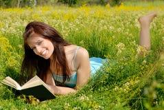szczęśliwy czytanie dziewczyny Fotografia Royalty Free