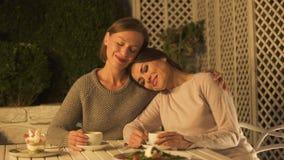 Szczęśliwy damy przytulenia najlepszy przyjaciel, siedzący na kawiarnia tarasie, mieć przyjemną rozmowę zdjęcie wideo