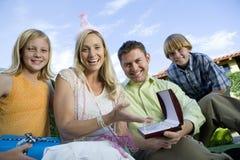Szczęśliwy Dojrzały kobiety obsiadanie Z rodziną zdjęcie stock
