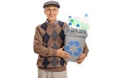 Szczęśliwy dojrzały mężczyzna mienie przetwarza kosz plastikowe butelki pełno Zdjęcia Royalty Free