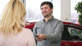 Szczęśliwy dojrzały mężczyzna wręcza samochodów klucze nowy samochód jego kochająca żona zdjęcia stock