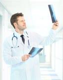 Szczęśliwy doktorski patrzeje promieniowanie rentgenowskie Fotografia Stock