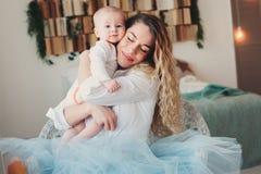 szczęśliwy dom rodzinny Macierzysty mienia dziecka syn w sypialni w wygodnym weekendzie zdjęcia stock