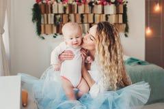 szczęśliwy dom rodzinny Macierzysty mienia dziecka syn w sypialni w wygodnym weekendzie obrazy stock
