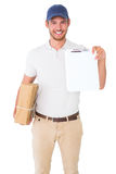 Szczęśliwy doręczeniowego mężczyzna mienia karton i schowek Fotografia Royalty Free