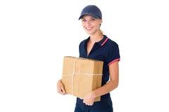 Szczęśliwy doręczeniowy kobiety mienia karton Fotografia Stock